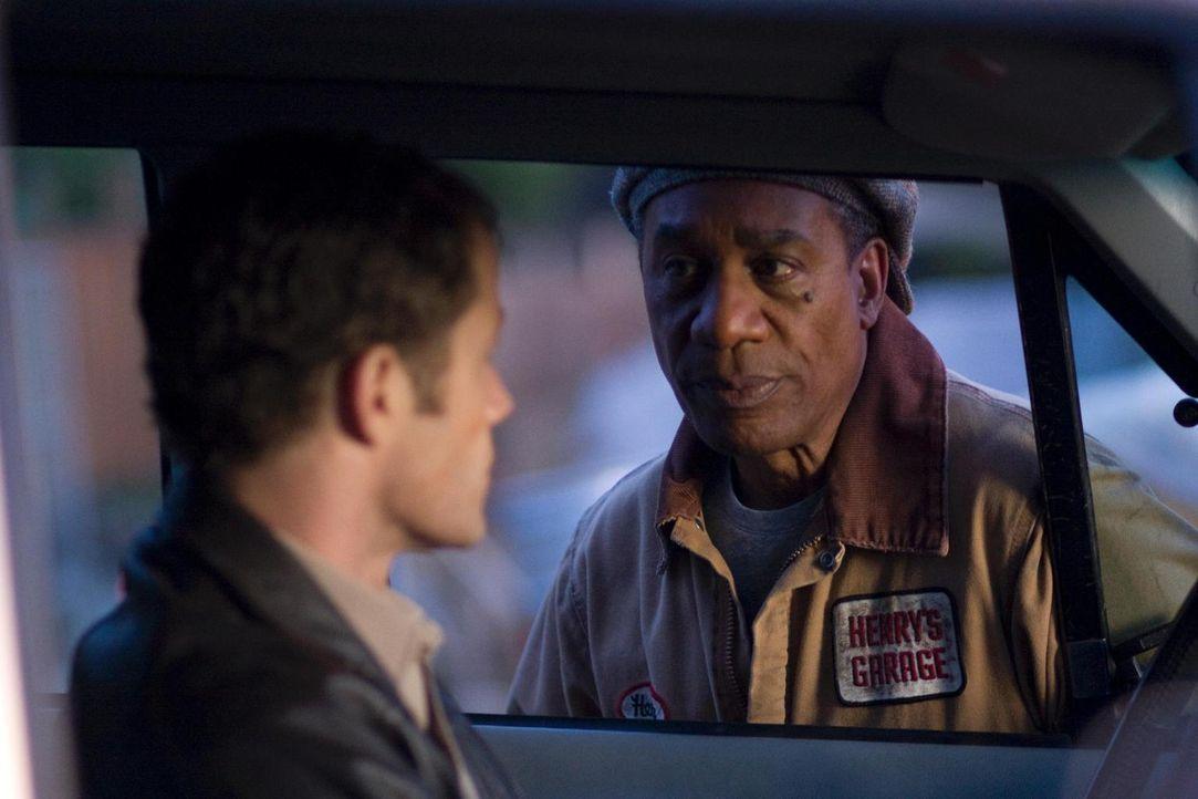 Während Carter (Colin Ferguson, l.) Allison fragt, ob sie mit ihm ausgehen würde, veranstaltet Henry (Joe Morton, r.) eine Reihe von Überraschungen,... - Bildquelle: Universal Television