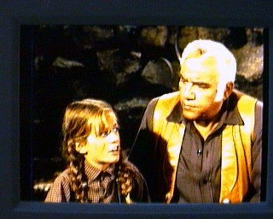 Martha Dorcus, eine entfernte Verwandte von Ben Cartwright (Lorne Greene, r.), hat ihre Tochter Samantha (Linda Sue Risk, l.) auf die Ponderosa gesc... - Bildquelle: Paramount Pictures