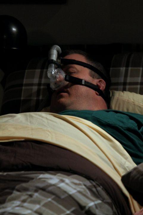 Um nicht mehr zu schnarchen, muss Mike (Billy Gardell) einiges über sich ergehen lassen ... - Bildquelle: Warner Bros. Television