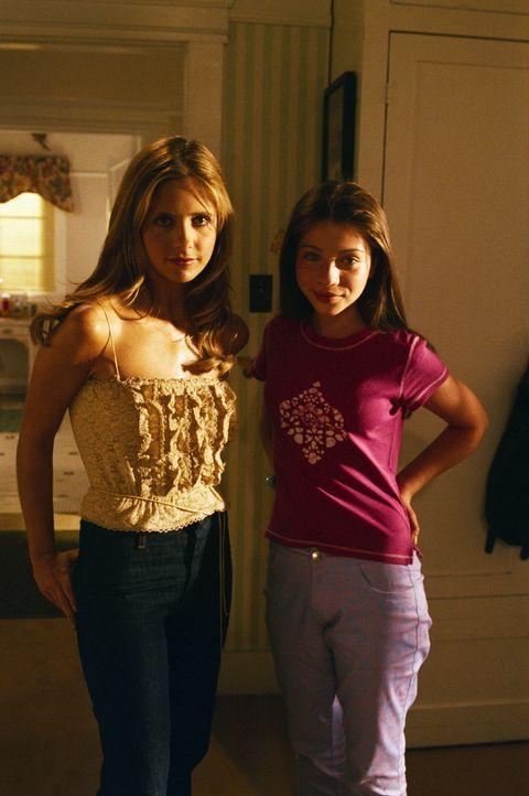Buffy (Sarah Michelle Gellar, r.) und Dawn (Michelle Trachtenberg, l.) verstehen sich nicht immer so gut, wie es den Anschein hat. - Bildquelle: TM +   2000 Twentieth Century Fox Film Corporation. All Rights Reserved.