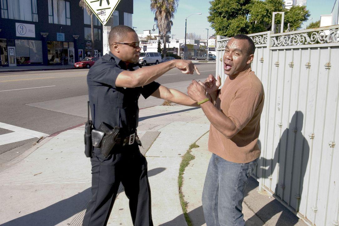 Cop Salim Adel (Cuba Gooding Jr., l.) quält Leute, die er nicht leiden kann. Eines Tages kommt es jedoch zu einem Todesfall mit Folgen ... - Bildquelle: Sony Pictures Television International. All Rights Reserved.
