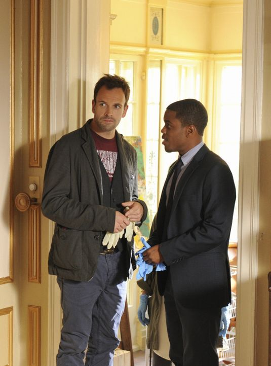 Suchen am Tatort nach Hinweisen: Sherlock (Jonny Lee Miller, l.) und Detective Marcus Bell (Jon Michael Hill, r.) ... - Bildquelle: CBS Television