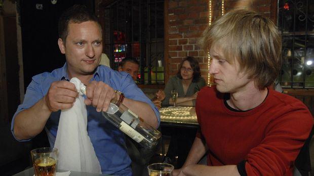 Lars (l.) wettet mit Gästen, dass er es schafft, einen in einer Flasche befin...