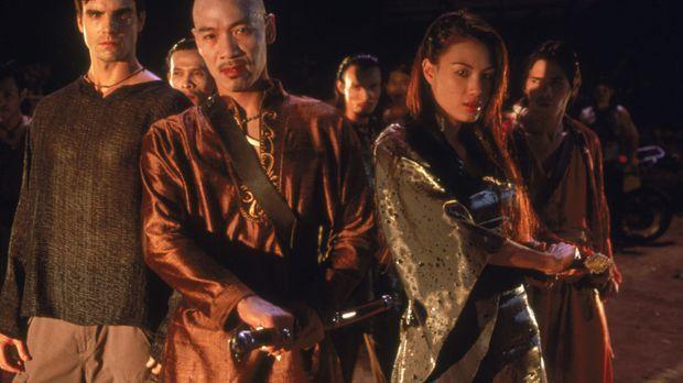 Kiko (Roger Yuan, M.), Connor (Colin Egglesfield, l.) und  Sang (Stephanie Ch...