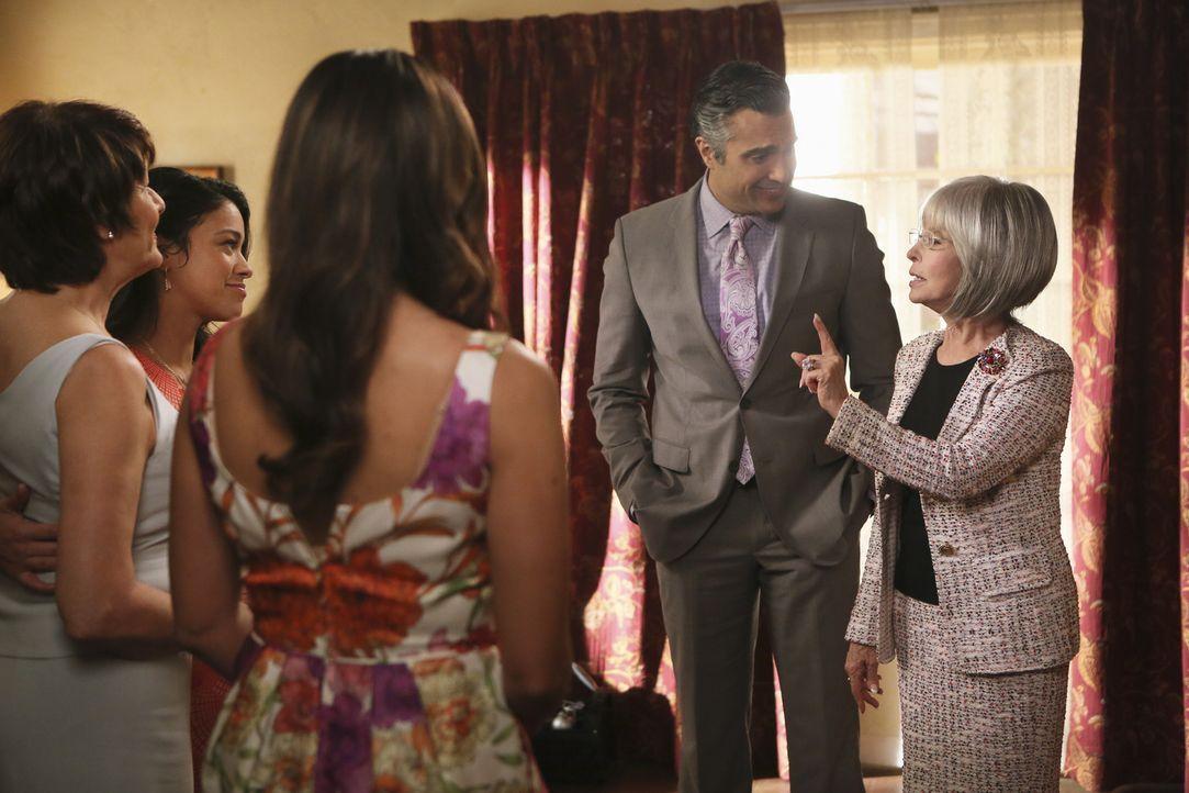 Familienzusammenführung: (v.l.n.r.) Alba (Ivonne Coll), Jane (Gina Rodriguez), Xo (Andrea Navedo), Rogelio (Jaime Camil) und Liliana (Rita Moreno) .... - Bildquelle: 2014 The CW Network, LLC. All rights reserved.