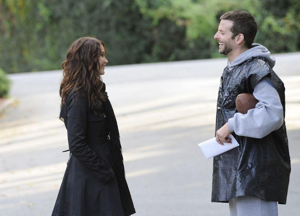 Zunächst können der depressive Pat (Bradley Cooper, r.) und die psychisch angeschlagene Tiffany (Jennifer Lawrence, l.) nichts miteinander anfangen,... - Bildquelle: 2012 The Weinstein Company.