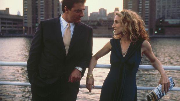 Carrie (Sarah Jessica Parker, r.) trifft Big (Chris Noth, l.) auf einer Veran...