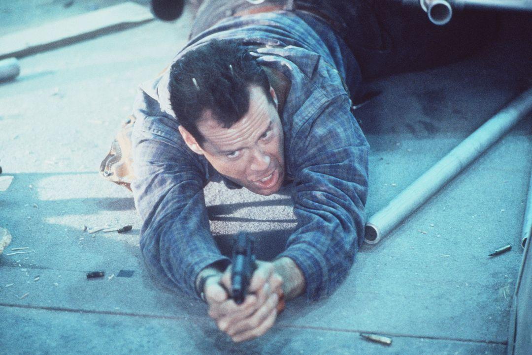 John McClane (Bruce Willis) nimmt die Dinge gern selbst in die Hand: Während andere nur reden, muss er rumballern ... - Bildquelle: 1990 Twentieth Century Fox Film Corporation.  All rights reserved.