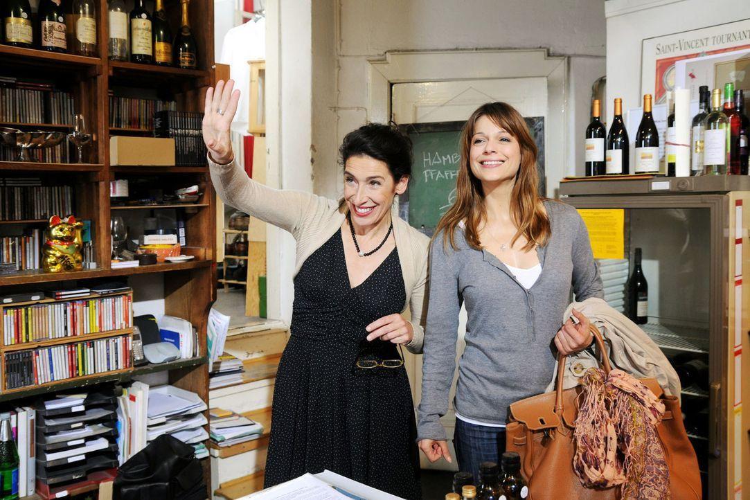 Karen (Suzan Anbeh, r.) arbeitet in Colettes (Adele Neuhauser, l.) Weinhandlung. Als ihre beste Freundin Marie sie spontan abholt, freut sich Karen... - Bildquelle: Aki Pfeiffer Sat.1