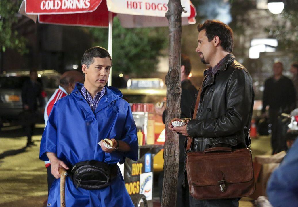 George (Jeremy Sisto, r.) ist begeistert von Chatwins derzeit angesagtestem Ort, einer Saftbar. Tessa erinnert ihn daraufhin an sein Versprechen, ni... - Bildquelle: Warner Bros. Television