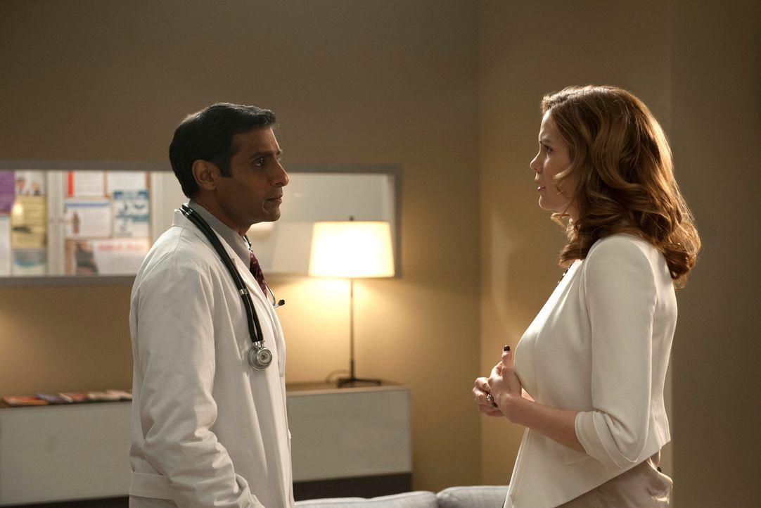 Peri (Mariana Klaveno, r.) erfährt von Dr. Kagan (Ravi Naidu, l.), dass Grant einen Herzanfall hatte, während Carmen eifersüchtig auf Sams Liebschaf... - Bildquelle: ABC Studios
