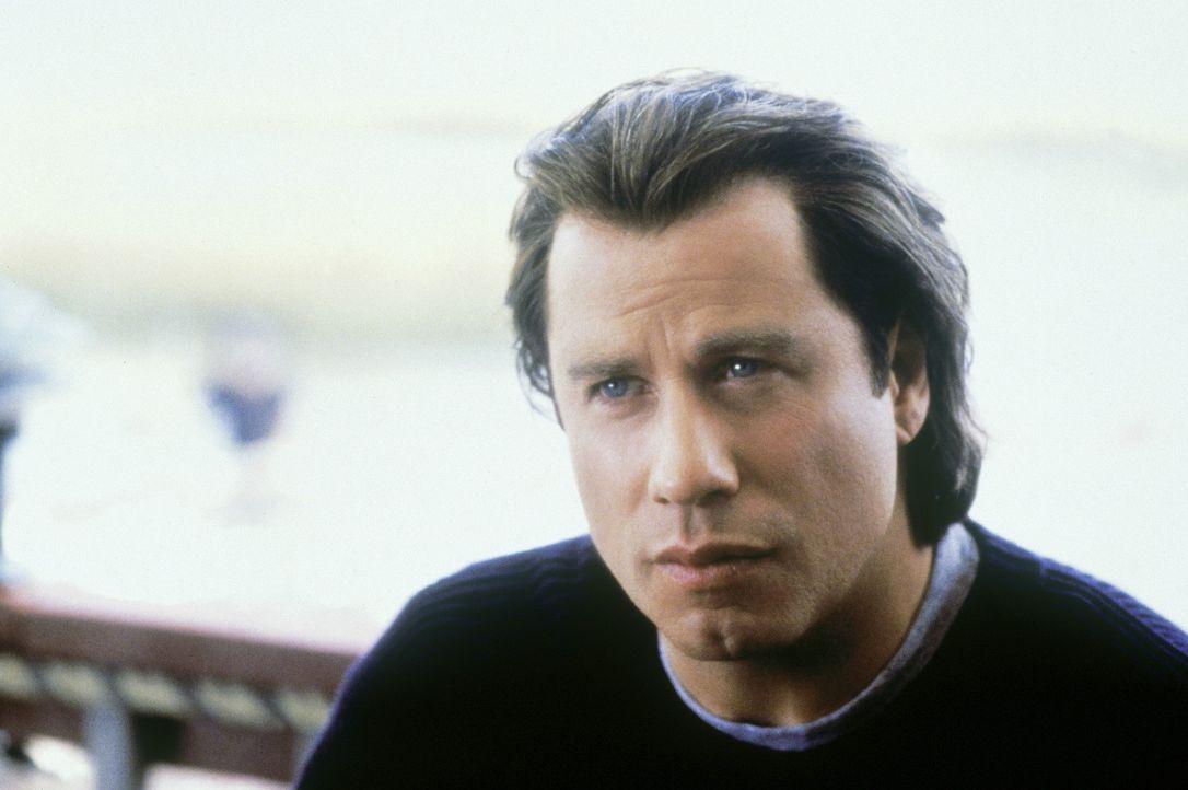 Da Danny dafür bekannt ist, sich ständig Lügengeschichten auszudenken, um damit auf sich aufmerksam zu machen, fällt es Frank (John Travolta) zu... - Bildquelle: Paramount Pictures