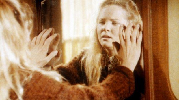 Langsam ertastet Mary (Melissa Sue Anderson) ihr Zimmer in der Blindenschule....