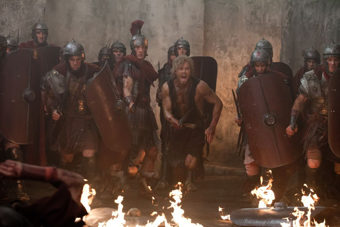 Können nicht glauben, dass ihnen schon wieder in letzter Sekunde Spartacus entkommen ist: Crassus (Simon Merrells, 5.v.l.) und Julius Caesar (Todd L... - Bildquelle: 2012 Starz Entertainment, LLC. All rights reserved.