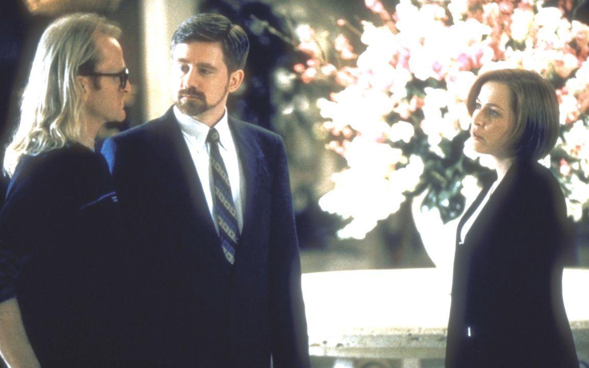 Byers (Bruce Harwood, M.) und Langley (Dean Haglund, l.), die in Las Vegas eine Messe der Rüstungsindustrie besuchen, locken auch Scully (Gillian  A... - Bildquelle: TM +   2000 Twentieth Century Fox Film Corporation. All Rights Reserved.