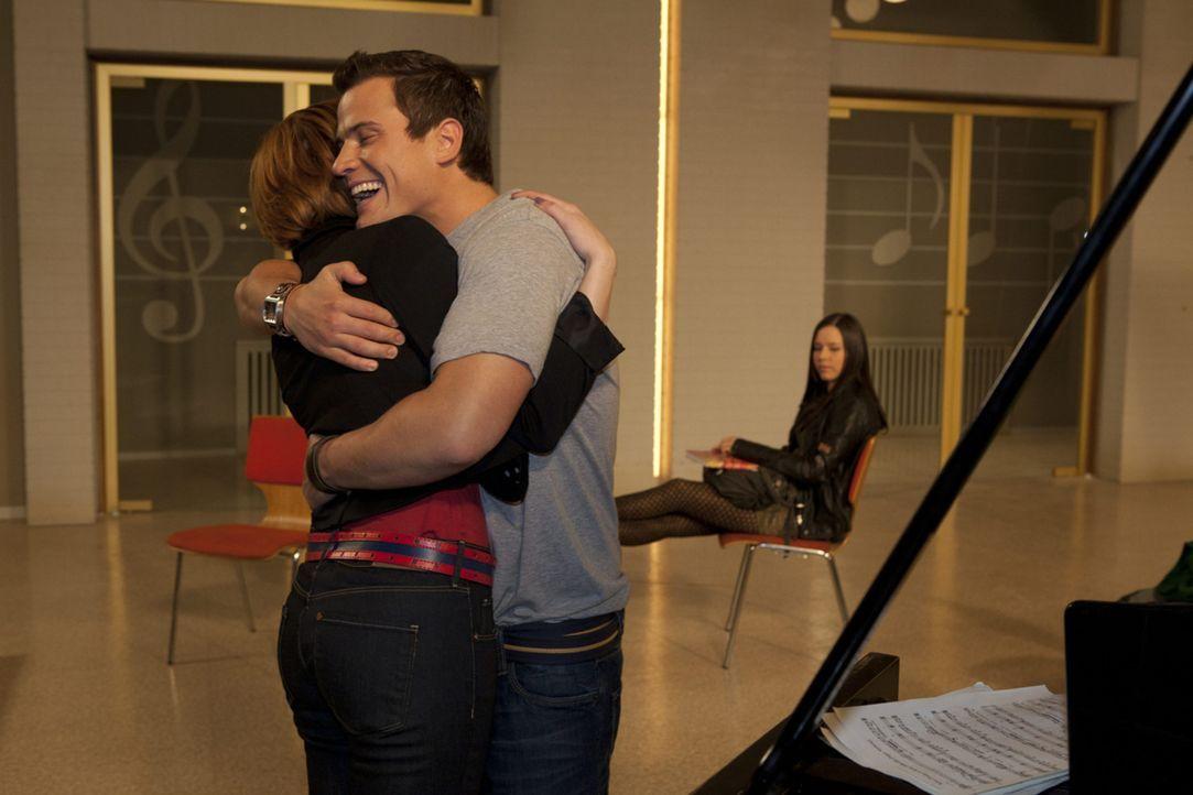 In seinen Bemühungen, ihr zu helfen, versucht Timo (Rocco Stark, M.), Sophie (Franciska Friede, l.) in den Chor zu integrieren. Doch Luzi (Selina M... - Bildquelle: SAT.1