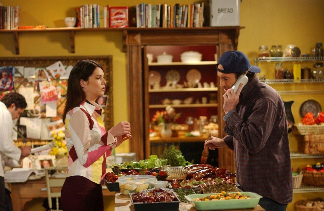 Obwohl Sookie im Mutterschutz ist und sich erholen sollte, lässt sie die Küche einfach nicht los. Ständig geht sie Lorelai (Lauren Graham, l.) und L... - Bildquelle: 2004 Warner Bros.