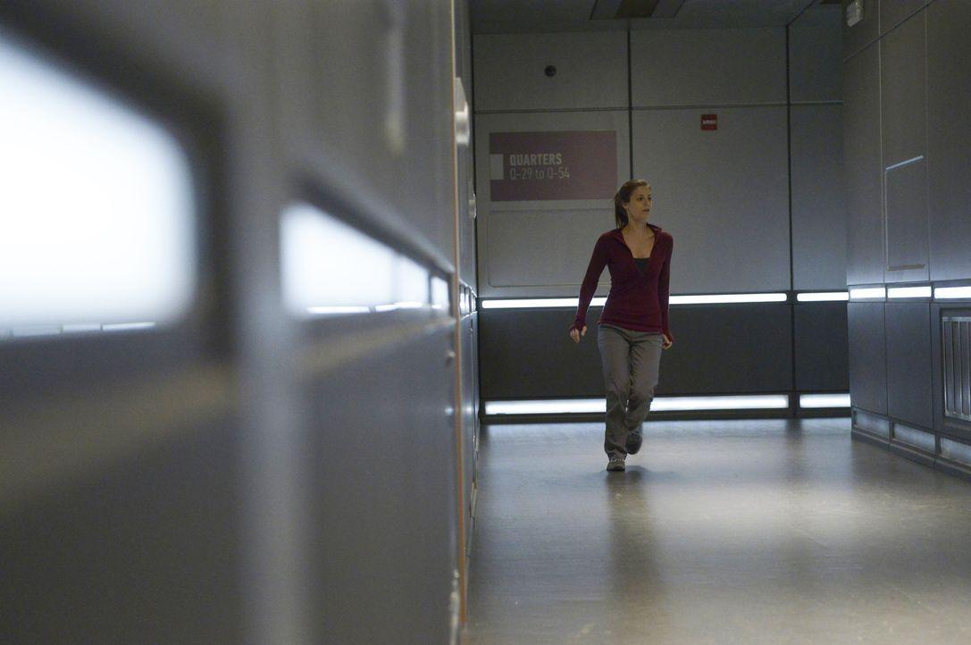 Ist es wirklich eine gute Idee, dass Sarah (Jordan Hayes) die kranke Dr. Eigem bei sich im Zimmer leben lässt? - Bildquelle: 2014 Sony Pictures Television Inc. All Rights Reserved.