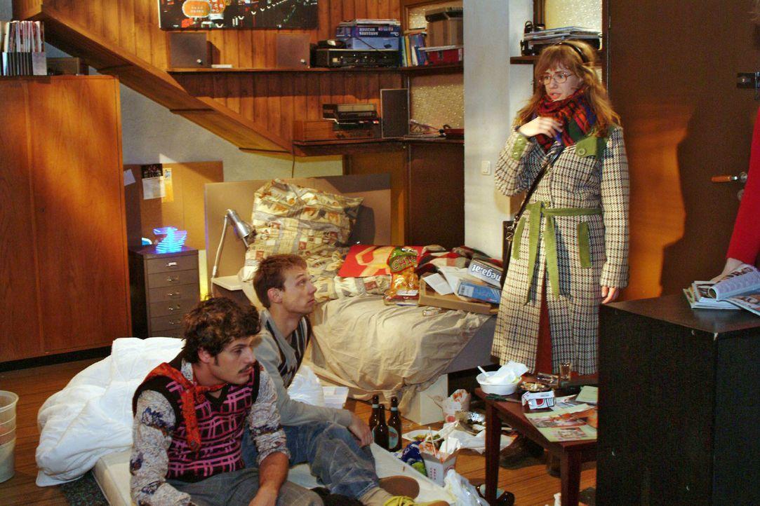 Lisa (Alexandra Neldel, r.) hört von Rokko (Manuel Cortez, l.) und Jürgen (Oliver Bokern, M.), dass sich David und Lars zufällig in der Bar getroffe... - Bildquelle: Monika Schürle Sat.1