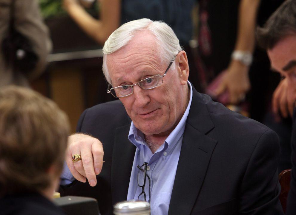 Mit seinen Enkeln verbringt Henry (Len Cariou) gerne Zeit. Nun soll er sich ein ganzes Wochenende um die Jungs kümmern ... - Bildquelle: 2011 CBS Broadcasting Inc. All Rights Reserved