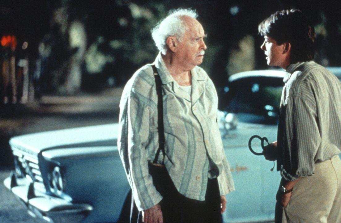 Der alte Doc (Barnard Hughes, l.) und der neue Doc (Michael J. Fox, r.) haben Meinungsverschiedenheiten ... - Bildquelle: Warner Bros.