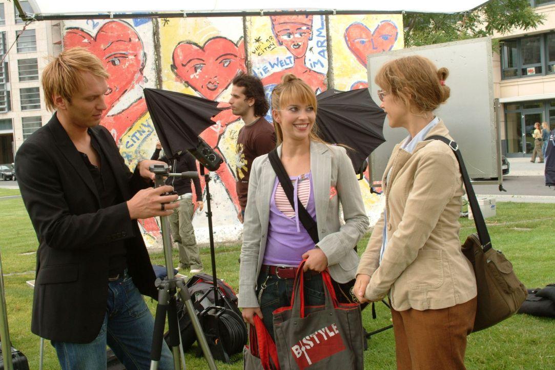 Lisa schafft es mit ihrer Unbedarftheit, das Shooting mit Fotograf Marc (Jean Marc, l.) und Designerin Hannah (Laura Osswald, M.) zum Erfolg zu mach... - Bildquelle: Monika Schürle Sat.1