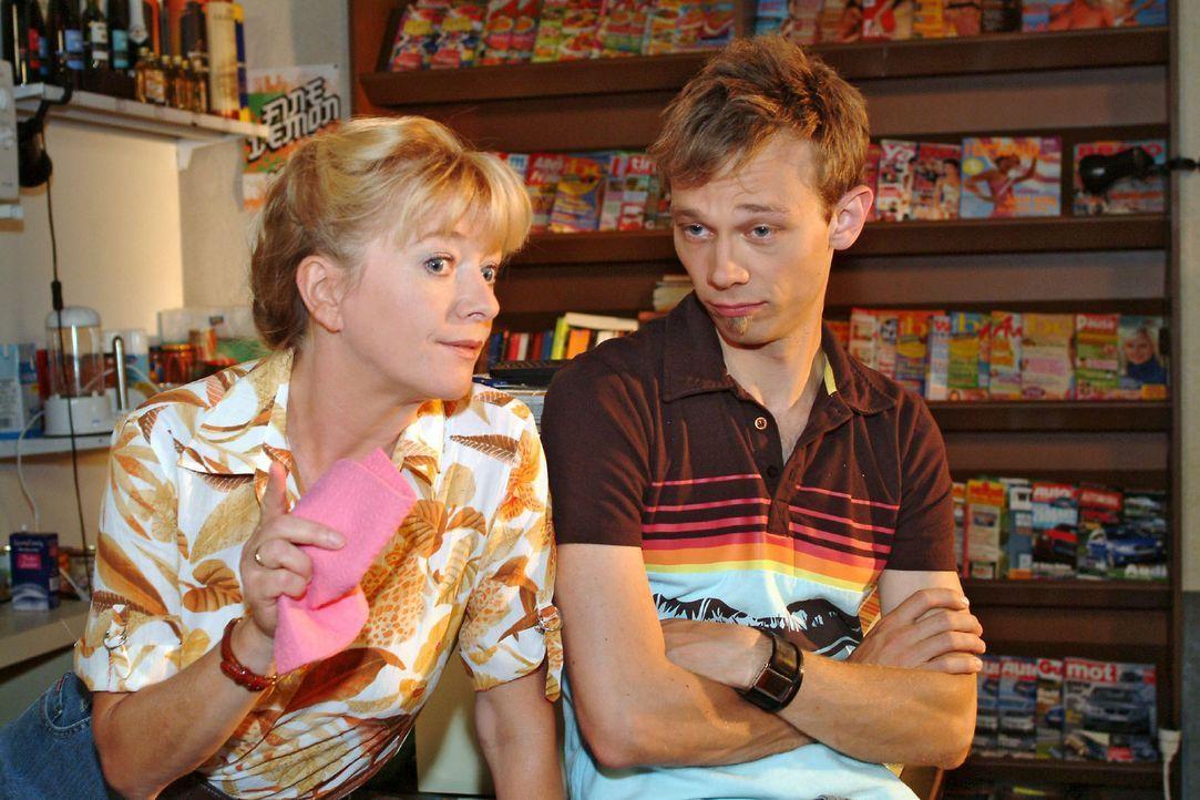 Helga (Ulrike Mai, l.) ahnt, dass Jürgen (Oliver Bokern, r.) der richtige Mann für ihre Lisa sein könnte. - Bildquelle: Monika Schürle Sat.1