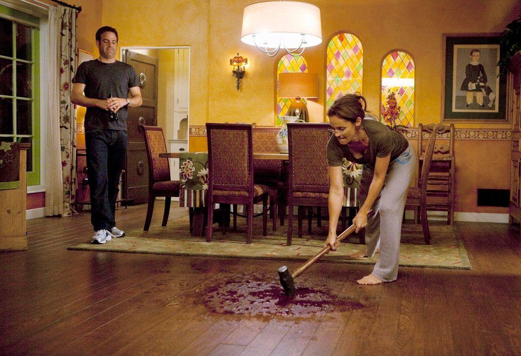 Violet (Amy Brenneman, r.) ist sauer, dass sie das Blut nicht vom Boden bekommt. Daraufhin hat Cooper (Paul Adelstein, l.) eine Idee ... - Bildquelle: ABC Studios