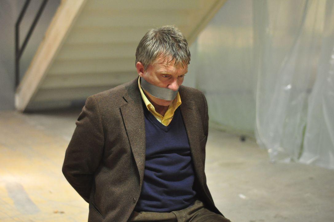 In der Hand eines eiskalten Mörders: Tierarzt Nick (Anthony Michael Hall), der sich durchaus zu helfen weiß ... - Bildquelle: 2011 Sony Pictures Television Inc. All Rights Reserved.