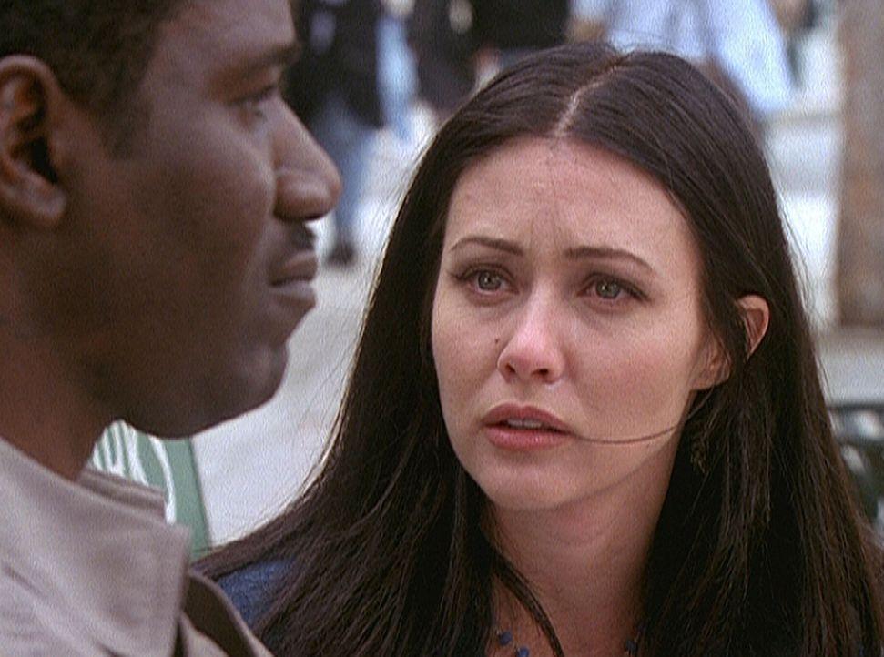 Prue (Shannen Doherty, r.) ist erschüttert über das Schicksal von Cleavant Wilson (Cleavant Derricks, l.), dessen Tochter ermordet worden ist. - Bildquelle: Paramount Pictures