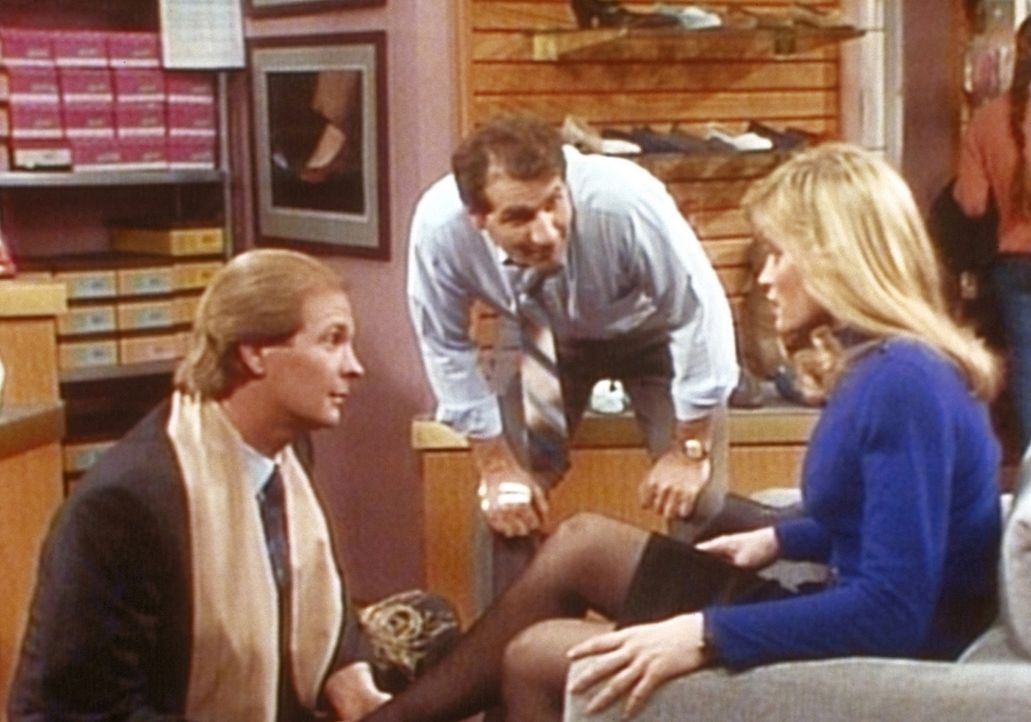 Al (Ed O'Neill, M.) ist fasziniert: Sein Angestellter Luke (Ritch Shydner, l.) wickelt die attraktive Tawny (Linda Dona, r.) mit Leichtigkeit um den... - Bildquelle: Columbia Pictures