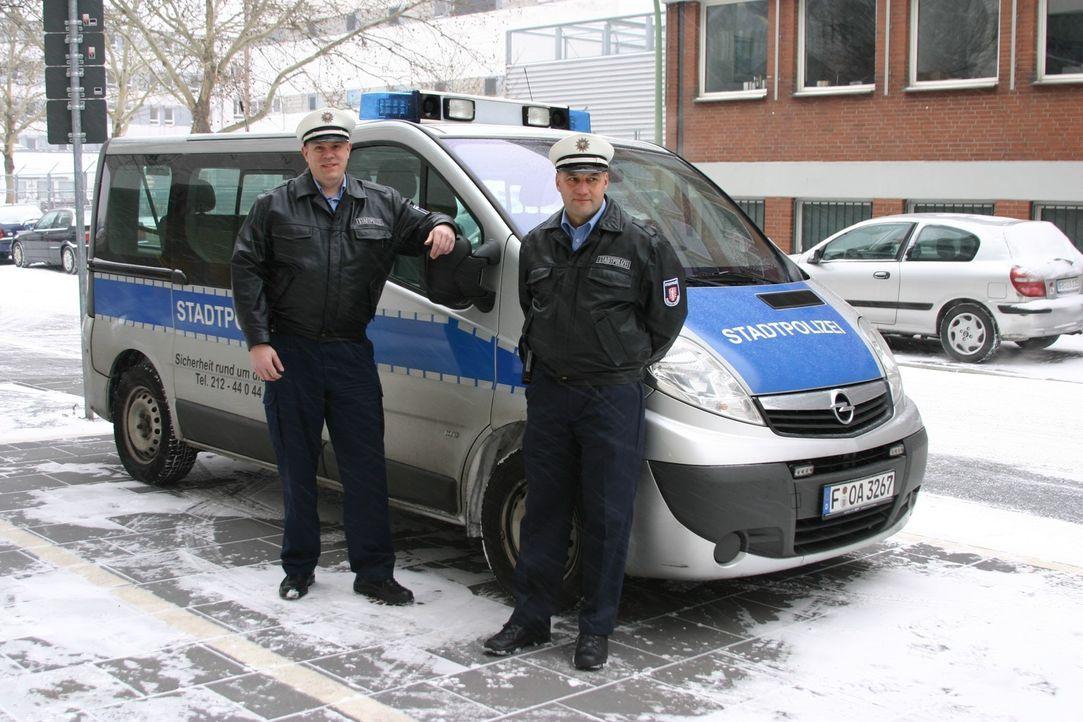 In Frankfurt am Main werden Drogen auf offener Straße konsumiert. Ein hartes Pflaster für die Stadtpolizisten Christian Pysch (l.) und Manuel Seyf... - Bildquelle: kabel eins