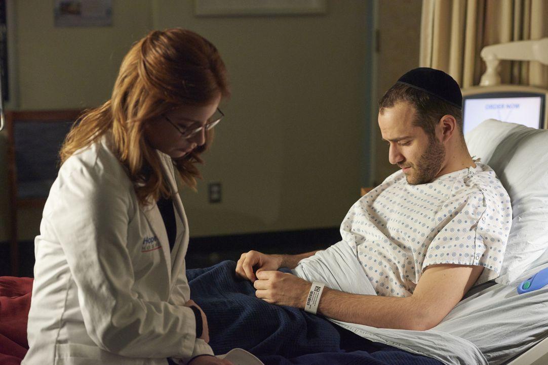 Als Sydneys (Stacey Farber, l.) Verlobter Herschel Hoffman (Jonathan Silver, r.) im Krankenhaus auftaucht, glaubt Sydney, dass sie von Gott auf eine... - Bildquelle: Steve Wilkie 2014 Hope Zee Three Inc.