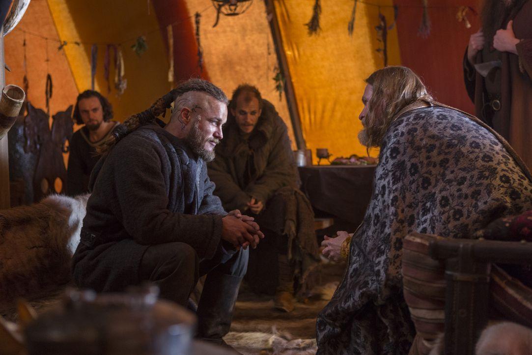 Ragnar (Travis Fimmel, l.) bietet König Horak (Donal Logue, r.) seine unbedingte Gefolgschaft an. Im Gegenzug wünscht er sich dessen Unterstützung b... - Bildquelle: 2013 TM TELEVISION PRODUCTIONS LIMITED/T5 VIKINGS PRODUCTIONS INC. ALL RIGHTS RESERVED.