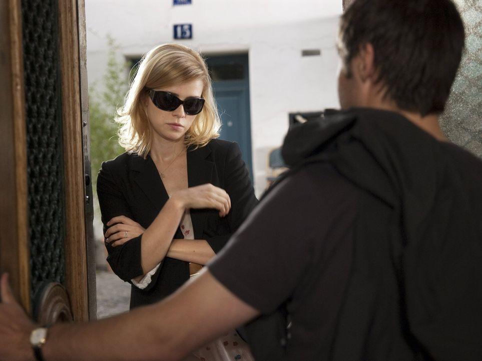 Die Krankheitsausrede ist Greta (Nora Tschirner, l.) zu billig. Beim Check auf Derek (Paddy Considine, r.) hofft sie auf Klarheit ... - Bildquelle: Warner Bros.