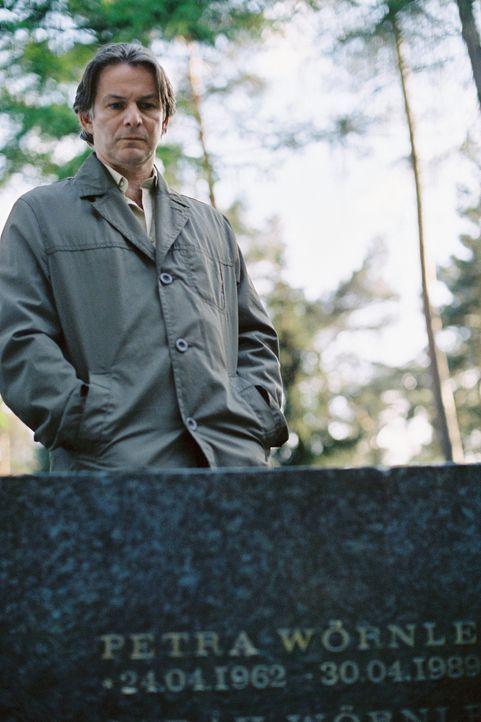 Ein Hirngespinst? Stefan Wörnle (Max Herbrechter) glaubt, seine vor Jahren mit ihrer Mutter Petra bei einem Brand ums Leben gekommene Tochter Sarah... - Bildquelle: Tom Trambow Sat.1