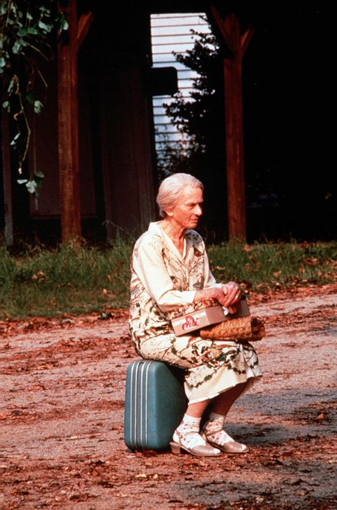 """Ninny Threadgoode (Jessica Tandy) verlässt das Altersheim, um zum """"Whistle Stop Café"""" zurückzukehren, doch da muss sie feststellen, dass dieses n... - Bildquelle: Copyright ITV plc (Granada International)"""