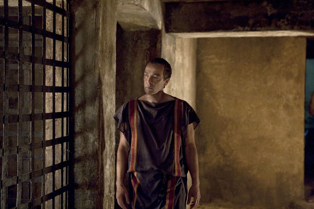 Steckt in großen Finanziellen Nöten: Deshalb beschließt Batiatus (John Hannah), Spartacus in den Höhlen kämpfen zu lassen. Dort wo die Menschen... - Bildquelle: 2010 Starz Entertainment, LLC