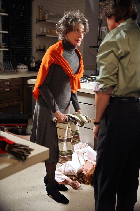 Rückblick: Als Orson (Kyle MacLachlan, l.) in Moniques (Kathleen York, liegend) Haus zurückkehrt, findet er sie tot auf dem Fußboden. Seine Mutter G... - Bildquelle: 2005 Touchstone Television  All Rights Reserved