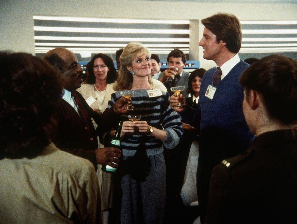 Ein großer Tag für Lee (Bruce Boxleitner, r.): Er hat den Staragenten des KGB entlarvt. Billy (Mel Stewart, l.) und Francine (Martha Smith, M.) begl... - Bildquelle: CBS Television