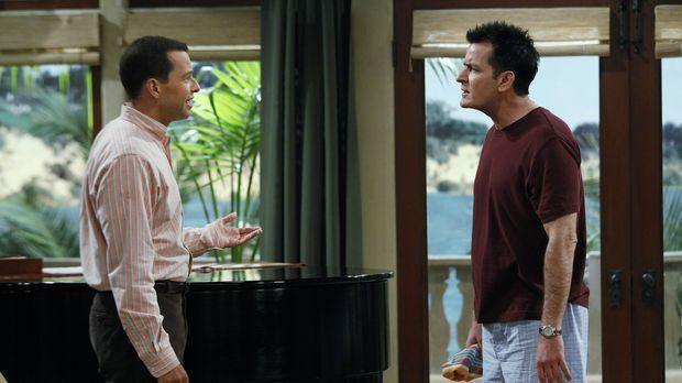 Eines Morgens beobachten Charlie (Charlie Sheen r.) und Alan (Jon Cryer, l.)...