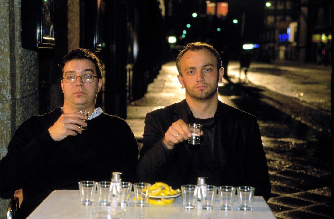 Da hilfr nur Alkohol: der verlassene Max (Heinrich Schmieder, r.) und sein Bruder Moritz (Michael Sideris, l.) ... - Bildquelle: Oliver Ziebe Sat.1