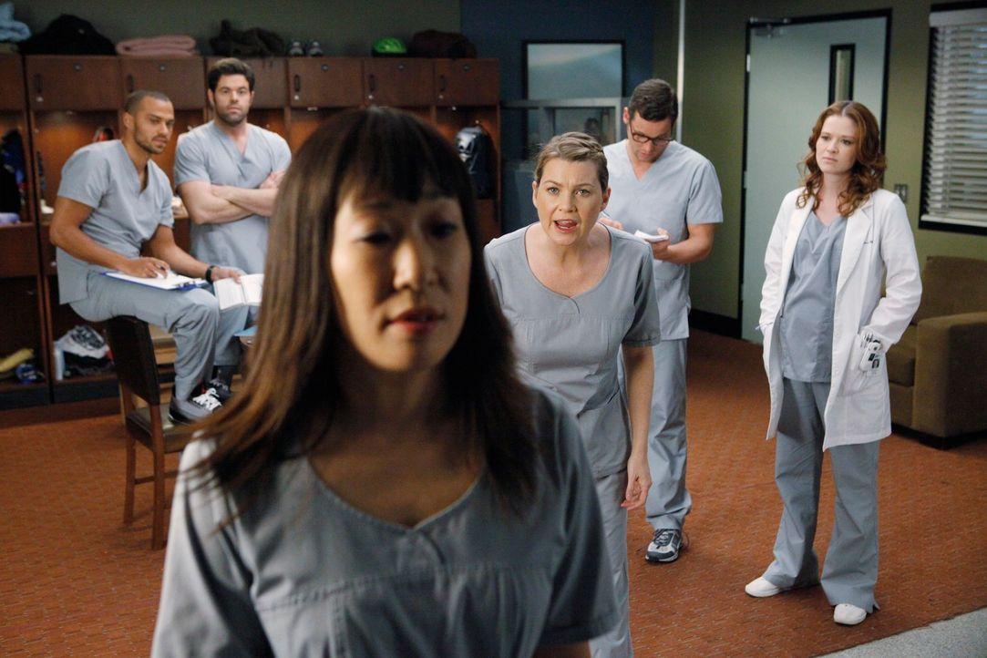 Während eines lautstarken Streits beschuldigt Meredith (Ellen Pompeo, 4.v.l.) Einzelgängerin Cristina (Sandra Oh, 3.v.l.) vor der versammelten Beleg... - Bildquelle: ABC Studios