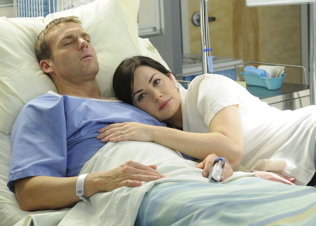 Muss Alex (Erica Durance, r.) nun endgültig Abschied von ihrem Verlobten Charlie (Michael Shanks, l.) nehmen?