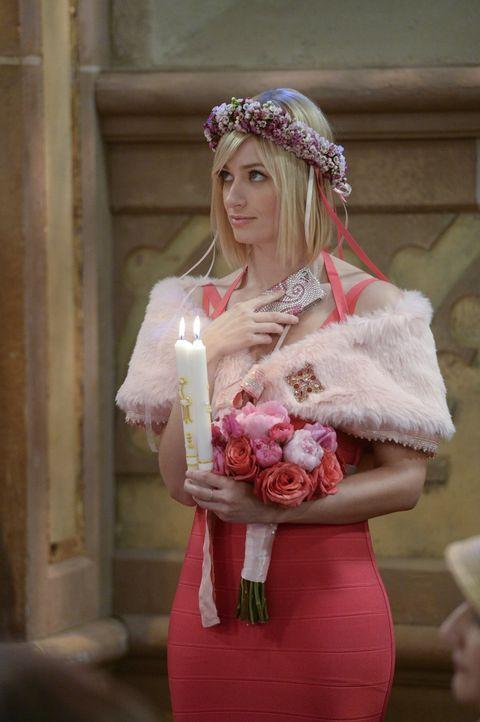 Caroline (Beth Behrs) ist ganz gerührt von der schönen Stimmung bei der Hochzeit, doch es wäre nicht die Hochzeit von Oleg und Sophie, wenn alles gu... - Bildquelle: Warner Bros. Television