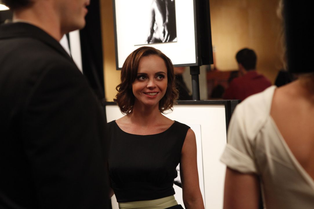 Das egoistische Handeln von Maggie (Christina Ricci, M.) kann nicht für immer unentdeckt bleiben ... - Bildquelle: 2011 Sony Pictures Television Inc.  All Rights Reserved.