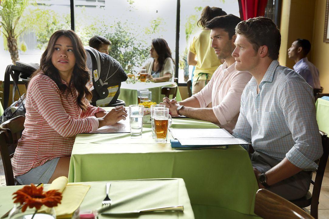 Während Alba eine wichtige Entscheidung trifft, läuft es zwischen Jane (Gina Rodriguez, l.), Rafael (Justin Baldoni, M.) und Michael (Brett Dier, r.... - Bildquelle: Greg Gayne 2015 The CW Network, LLC. All rights reserved.