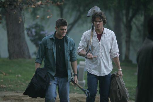 Auf Wunsch von Sam (Jared Padalecki, r.) besucht Dean (Jensen Ackles, l.) mit...
