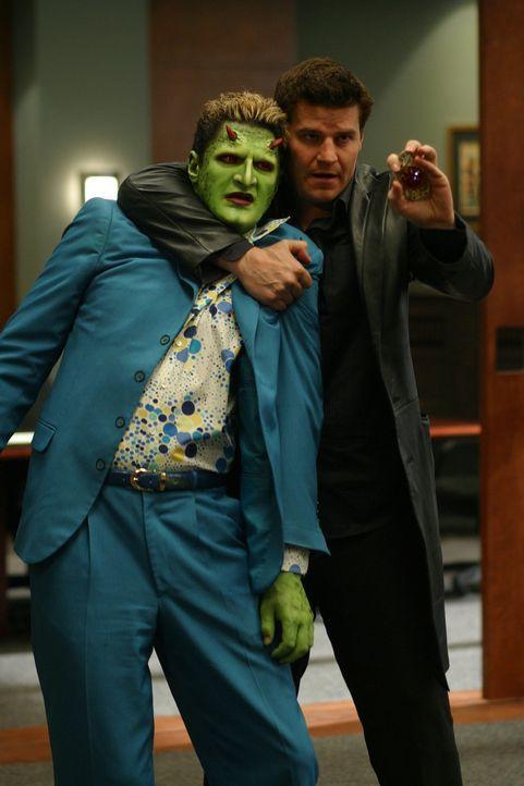 Es kommt zum Kampf zwischen den ehemaligen Freunden, während dem es Angel (David Boreanaz, r.) gelingt, Lorne (Andy Hallett, l.) in seine Gewalt zu... - Bildquelle: The WB Television Network