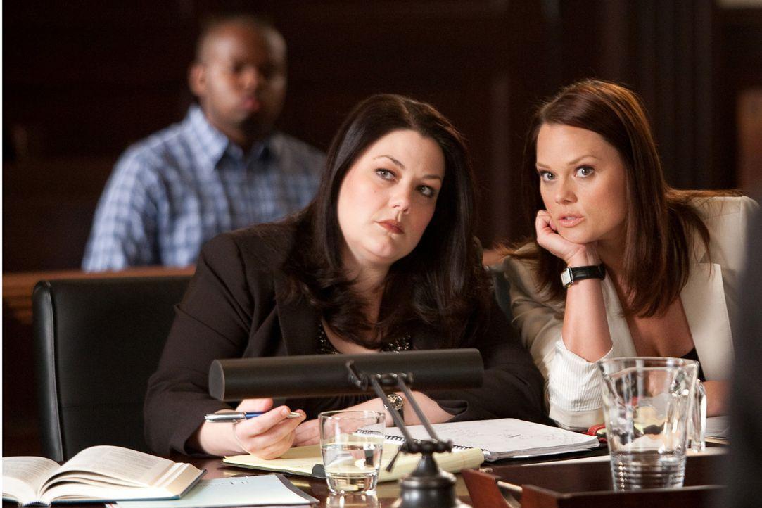 Beim Einkaufsbummel muss Jane (Brooke Elliott, l.) feststellen, dass in einer schicken Edelboutique keine Kleidung in Übergrößen verkauft wird. D... - Bildquelle: 2009 Sony Pictures Television Inc. All Rights Reserved.